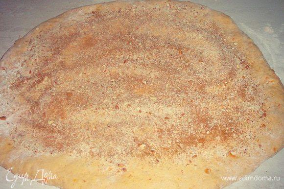 через полчаса, раскатываем наше тесто в толстый пласт, присыпаем миндалем сахаром и корицей....