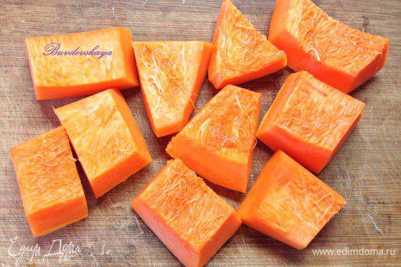 Тыкву нарезать крупными кусочками и запекать 30 минут в предварительно разогретой духовке до 150 градусов.