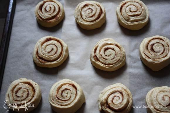 Скатать рулет и нарезать на порционные булочки. Свободно распределить булочки на противне. Накрыть пленкой и дать булочкам увеличиться в размере в 2 раза. Из этого количества теста у меня получилось 12 булочек.