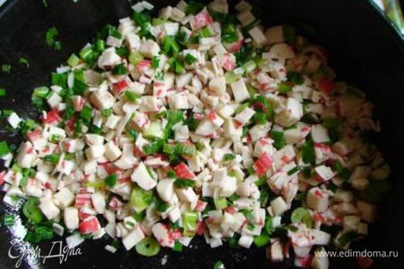 Крабовые палочки обжарить на сливочном масле в течение нескольких минут. Добавить зеленый лук, обжарить и снять с огня.