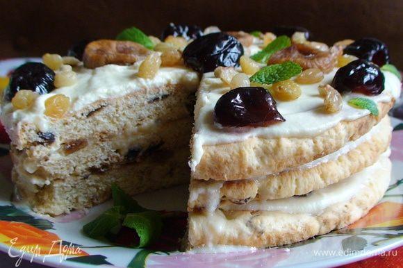 Украсить торт половинками фиников, инжиром, изюмом и листиками мяты.