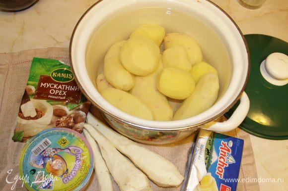 Картофель и пастернак отчистить от кожуры.
