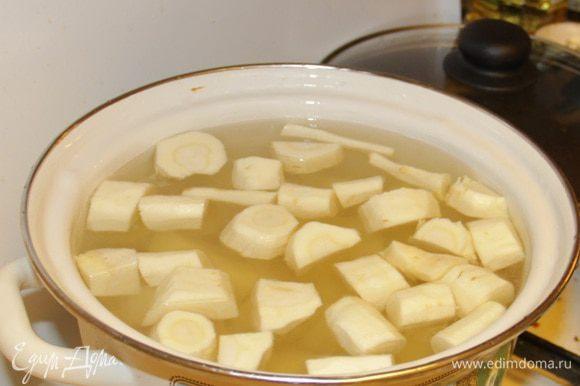 Порезать небольшими кусочками и отварить в подсоленной воде до готовности (15-20 мин. после закипания воды).