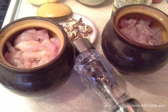 В горшочки, у меня объем 500 мл, укладываю поочередно: тыкву, перец, лук, помидоры, мясо. Солю, перчю и наливаю 1/3 воды, от объема заполненного горшочка. Добавляю 1 ст.л оливкового масла. Ставлю в предварительно разогретую духовку до 170 градусов на 1 час.