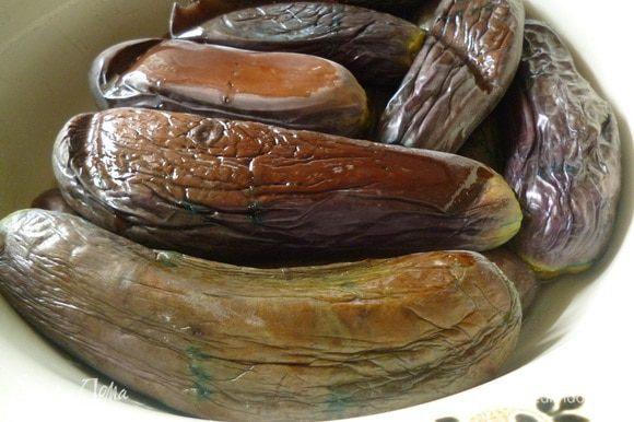 Баклажаны вымыть, удалить плодоножку, каждый наколоть вилкой в нескольких местах. В кастрюле вскипятить воду, добавить соль, бланшировать баклажаны в рассоле 5 минут.