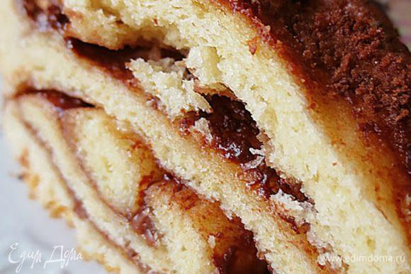 После того как пирог остынет, можно разрезать и приступать к чаепитию. Приятного аппетита!