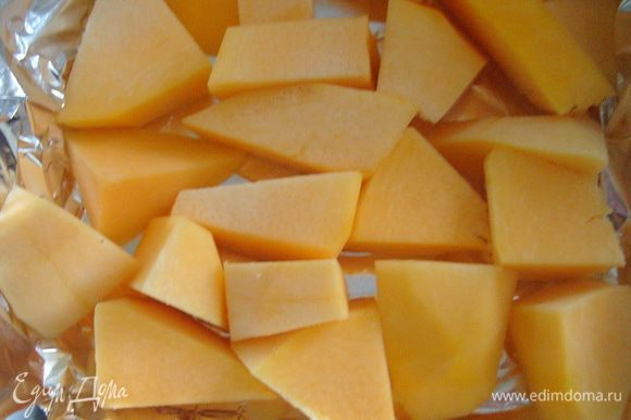 Приготовить тыквенное пюре: для этого тыкву почистить, удалить сердцевину и семечки, порезать мякоть кусочками, выложить в форму для запекания. Запекать в разогретой до 180°С духовке 30 минут. до мягкости тыквы. Готовую тыкву остудить и пюрировать блендером.