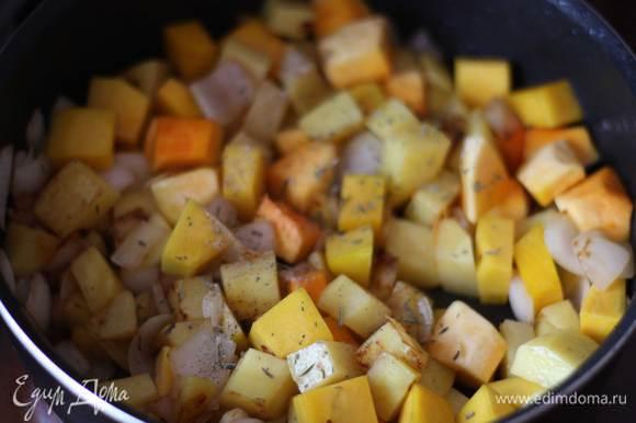 Добавляем к луку картофель, нарезанный средними кубиками, обжариваем также минут 5, добавляем тыкву, специи и обжариваем примерно 7-10 минут.