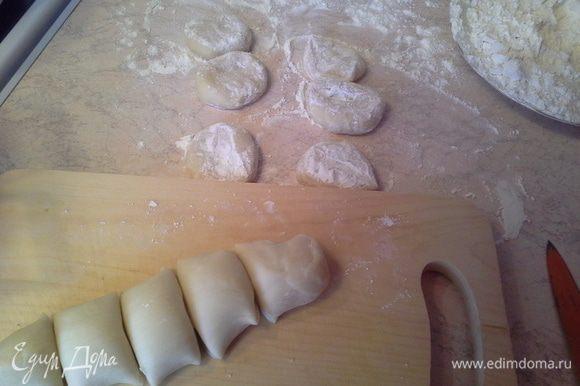 От теста отрезаю небольшой кусочек, раскатываю колбасу, и режу ее на одинаковые кусочки.