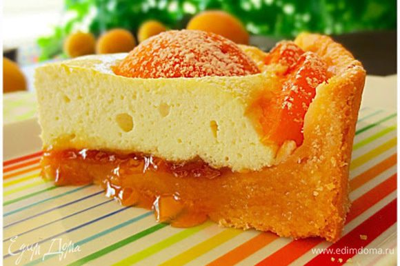 Выпекать пирог в предварительно разогретой до 180 градусов духовке около часа. Готовый пирог оставить остыть.