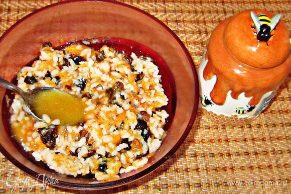 Смешать готовый рис, порезанный мелко чернослив, изюм. Добавить мёд и перемешать.