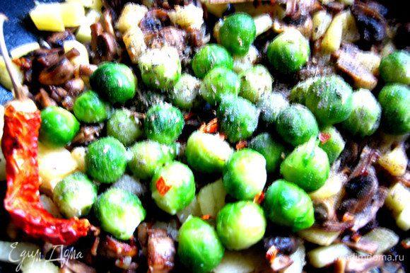 Присыпаем сухим базиликом,солим и крошим немного перца чили. Потушим минут 5 весь состав под крышкой, не доводя до сильной мягкости капусты и тыквы.