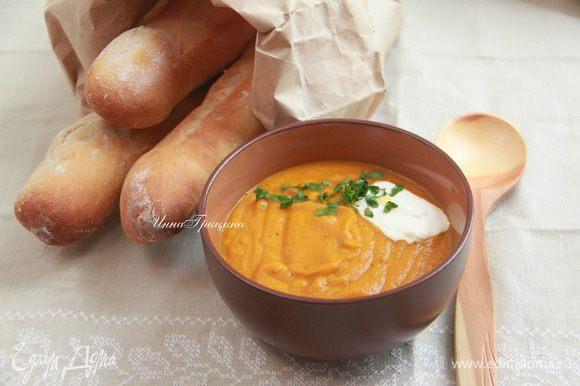 Попробуйте и отрегулируйте приправы. Разлить суп в теплые миски и добавить ложку йогурта. Подавать с большим количеством теплых лепешек (у меня домашние багеты).
