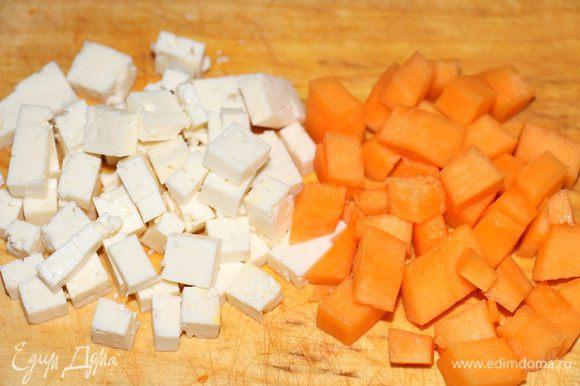 Фету и тыкву порезать небольшими кубиками.