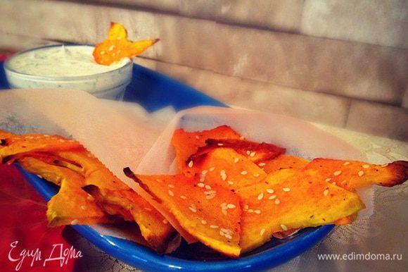 Подать можно чипсики с соусом...мы просто смешали сметану с укропчиком)))) Приятного аппетита!!!!!!!!