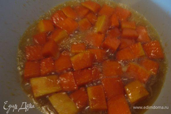 Тыкву порезать небольшими кубиками, рис замочить в холодной воде на 1 час. В глубоком сотейнике или кастрюле с толстым дном растопить сливочное масло, положить тыкву, посыпать сахаром и пропарить на среднем огне минут 5.