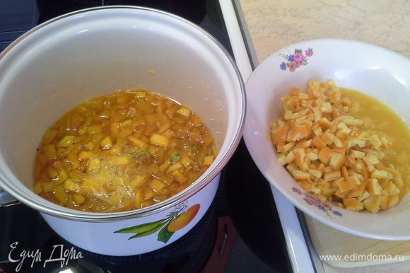 Затем добавляю подготовленный апельсин, выдерживаю 30 мин (должно также немного кипеть). В конце добавляю столовую ложку лимонного сока.