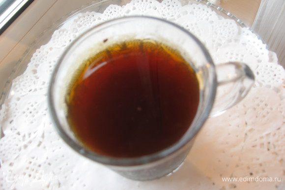 Муку просеять с разрыхлителем. Коричневый сахар смешать с корицей. Заварить крепкий черный чай.