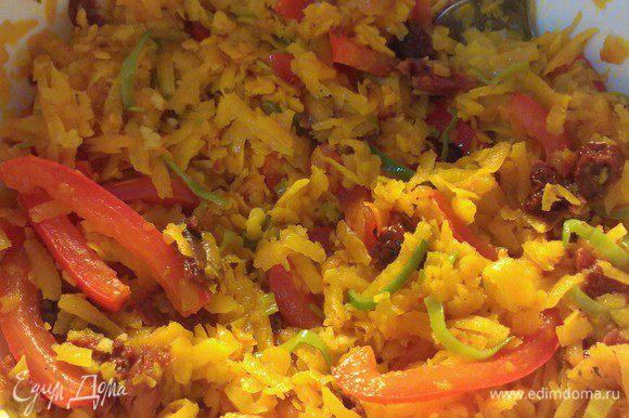Переложить овощи в миску. К ним добавить измельченный через чеснодавилку чеснок, и порезанные томаты. Немного присолить (помня про соленость феты) и поперчить. Перемешать начинку.