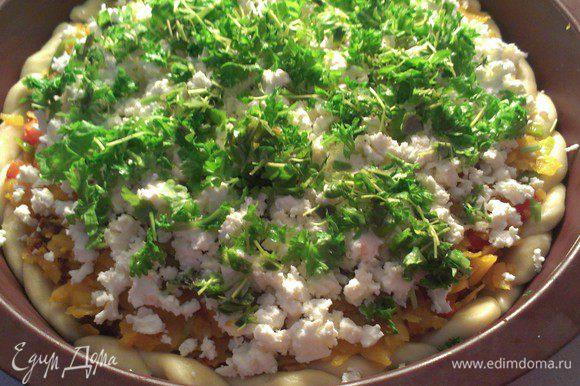 Выложить овощную смесь поверх теста. Посыпать измельченной петрушкой и сыром фета.