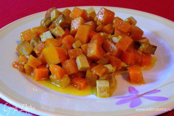 Подаём салат ещё тёплым. Впрочем, и холодным он тоже вкусный (в этом случае тофу лучше не добавлять сразу к овощам, а порезать непосредственно в готовый салат перед подачей). Приятного аппетита!