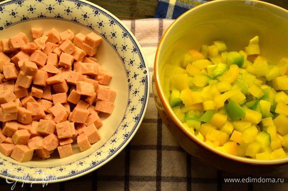 Для начала советую начать с приготовления пюре. Картофель очистить, нарезать кубиками и отварить в большом количестве подсоленной воды до готовности. Ветчину и сладкий перец нарезать маленькими кубиками одинакового размера... (у меня перец был не зеленый, как в рецепте, а желто-зеленый))))