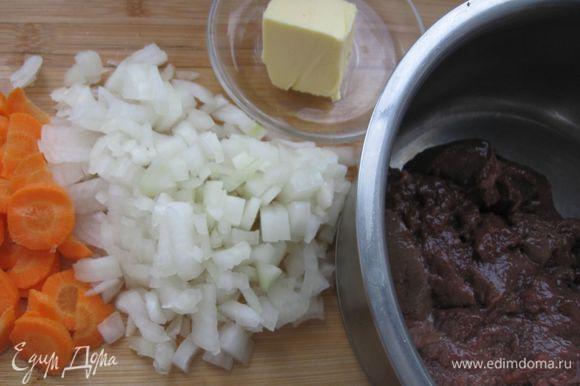 Часть бульона (1 л) довести до кипения, залить им макароны и на медленном огне варить до готовности. Откинуть на дуршлаг, размешать с 2 ст. л. сливочного масла. Оставшуюся морковь нарезать тонкими ломтиками, луковицу – мелко нашинковать, зелень петрушки – мелко нарубить.