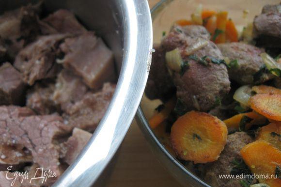Вареное мясо нарезать кусочками. Печень нарезать. Разогреть в сковороде оставшееся масло, поджарить печень, морковь и 1 ст. л. лука.
