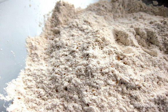 В миску просеять муку (я сразу беру 400 г, остальную муку добавляю по необходимости), добавить сахар, соль и пряности – перемешать.