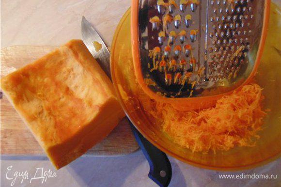 Тыкву и морковь трем на мелкой терке и оставляем минут на 15.