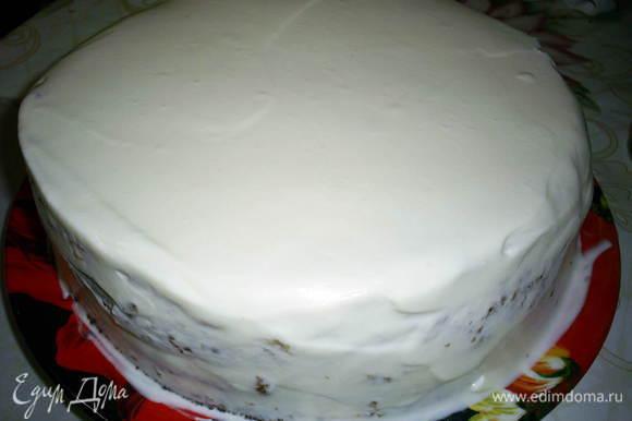 Обмазываем оставшимся кремом бока торта, выравниваем их с помощью широкого ножа или шпателя, выравниваем верх торта. Идеальной гладкости добиваться не стоит - мы все изъяны засыплем посыпкой)))