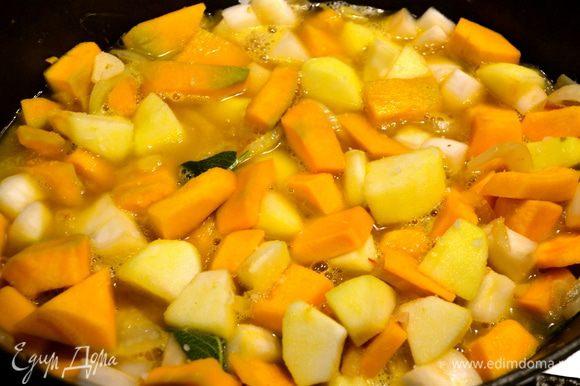 Через несколько минут заливаем овощи горячим бульоном (можно заменить на горячую воду), примерно на 3/4 объема. Тушим минут 20 на небольшом огне (до готовности овощей). Посолить и поперчить.