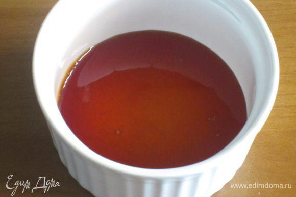 Оставшейся сахар положить в кастрюлю с толстым дном, добавить 1 ст.л. воды и держать на огне не перемешивая до получения карамели золотистого цвета. Разлить карaмель по формочкам......