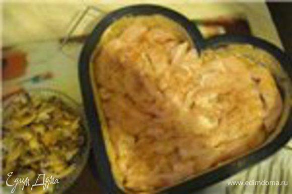 В первую очередь жарим лук на оливковом масле добавляем грибы, жарить 5 мин. Далее выкладываем в форму куриное филе, солим перчим.