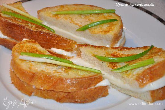 Порезать моцареллу толщиной 0,5 см. Положить на кусок хлеба (удобней брать тостерный квадратный, и обрезать у него корки).