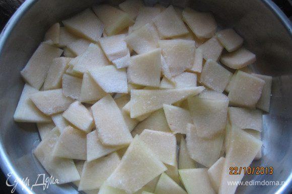 Половину нарезанной тыквы выкладываем слоем в форму, немного солим.