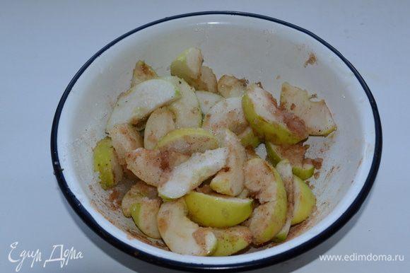 Яблоки нарезаем ломтиками, поливаем лимонным соком, посыпаем корицей и сахаром и хорошо перемешиваем