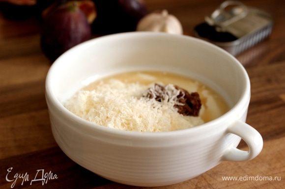 В миске смешать йогурт, сыр, пюре из чеснока и анчоусов, уксус, соль (с осторожностью, рыбки солёные) и перцем.
