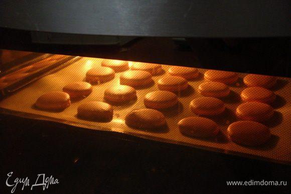 Очень аккуратно отсаживать из кондитерского мешка тесто на двойные листы пергамента, встряхнуть их и выпекать при 170°С 12 минут.