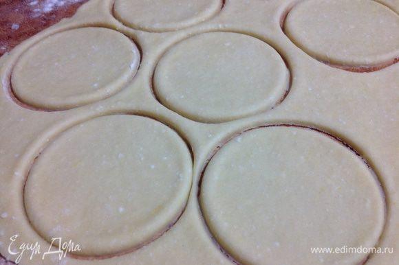 Затем раскатать тесто толщиной 5 мм и вырезать стаканом кружки.