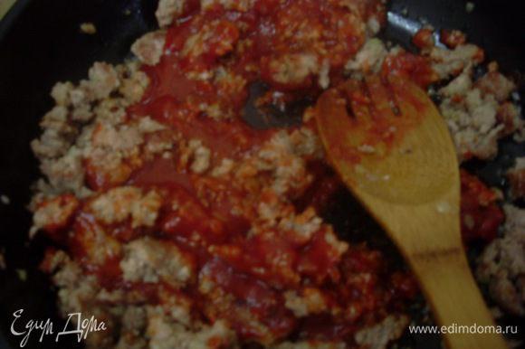 Обжарить его на 1 столовой ложке растительного масла, добавить томатный соус и острый перец, вино и воду.