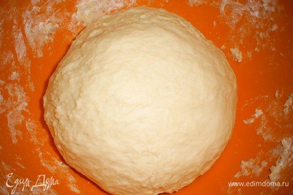 Готовое тесто собираем в шар, кладем в мисочку, накрываем полотенцем и оставляем в теплом месте на 1-1,5 часа.