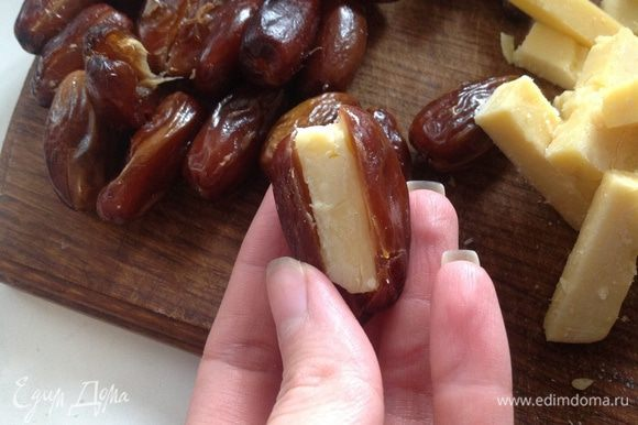 Вложить в каждый финик кусочек сыра.