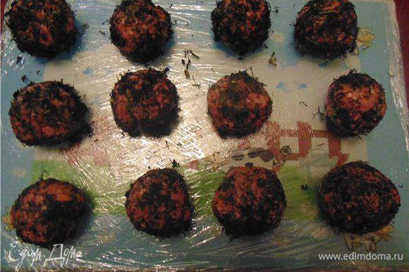 Вариант 2. Можно обвалять фрикадельки в мелко нарубленной зелени и в таком виде заморозить. Так в в ваше блюдо поступит не только мясная составляющая, которая моментально готовится, но и свежая зелень.