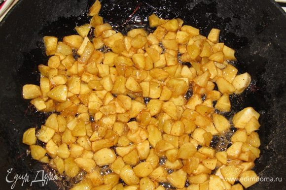 Яблоки почистить, нарезать кубиками. На сковородку насыпать 5 ст. л. сахара, когда начнет растворяться добавить яблоки. Через перу минут помешать и подержать на огне еще минуты 3.