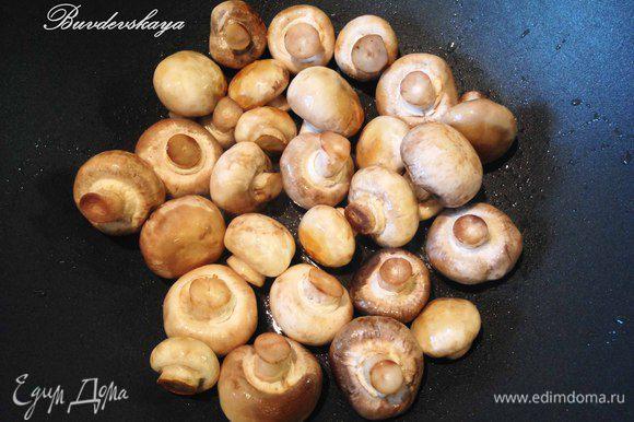 Разогреть в сковороде оливковое масло и обжарить в нем грибы 3 минуты. Добавить смесь наших специй, уксус и воду. Перемешать и после закипания накрыть крышкой. Через 5-7 минут снять сплиты и выложить в стерилизованную банку (или банки). Охладить. ENJOY !