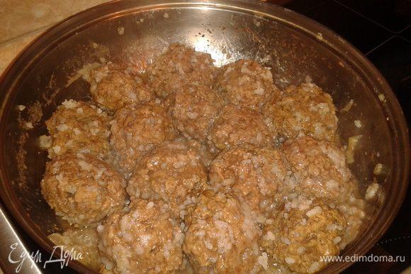 Мясо,чеснок прокрутить через мясорубку, сделать фарш, добавить соль,перец,рис и сделать котлетки. В сковородку добавить воду, довести до кипения и тушить котлетки, накрыв крышкой
