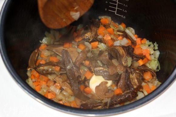 В кастрюле разогреть масло и обжарить лук и морковь. Добавить шампиньоны, готовить 5 мин. Положить белые грибы и готовить еще 5 мин.