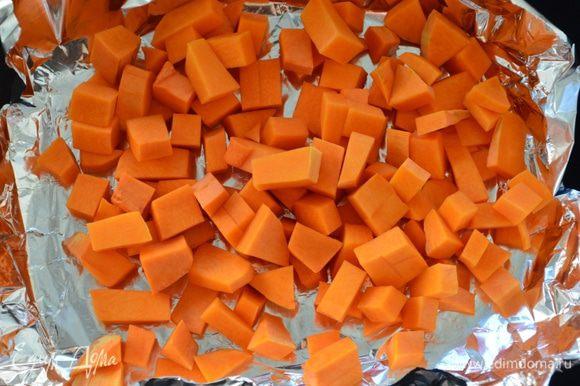 Мякоть тыквы очистить, порезать кубиками. Выкладываем на фольгу в противне и в духовку при 180 С до мягкости (у меня запекалась 15-20 мин.). Тем временем смешиваем остальные ингредиенты для основы (сыр трем на мелкой терке).