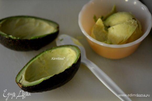 Осторожно разрежем авокадо на 2 части. Снимем мякоть в емкость так, чтоб по стеночкам осталось.